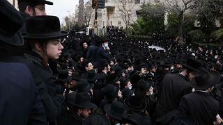Des ultra-orthodoxes bravent le confinement en Israël pour les obsèques d'un rabbin