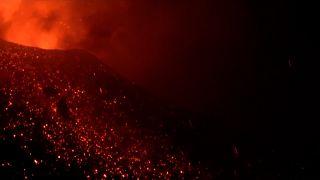 """شاهد: """"إتنا"""" أكثر البراكين الأوروبية نشاطا يثور مطلقا الحمم البركانية"""