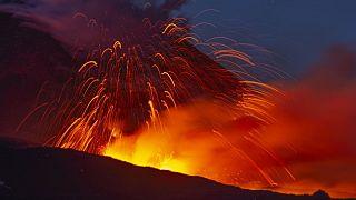 Éjszakai tűzijáték látványát nyújtja az Etna