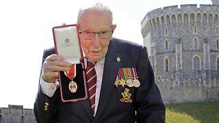 Sir Thomas Moore kitüntetését mutatja, miután Erzsébet királynő 2020-ban lovaggá ütötte.