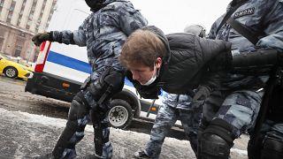 Rendőrök őrizetbe vesznek egy tiltakozót a Putyin-ellenes tüntetésén Moszkvában 2021. január 31-én.