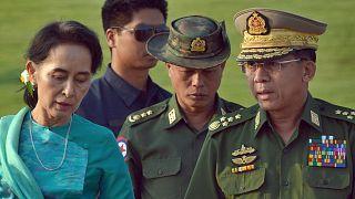 آنگ سان سوچی به همراه یکی از رهبران نظامی میانمار
