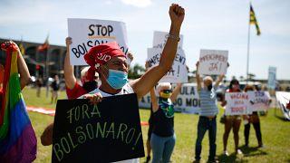 متظاهرون يحتجون على الرئيس البرازيلي جايير بولسونارو وإدارته لفيروس كورونا في برازيليا