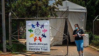 Covid-19 varyantının görüldüğü Güney Afrika'da aşı denemeleri takip ediyor