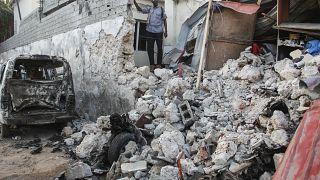 Les destructions après l'explosion d'une voiture piégée devant l'hôtel Afrik, dans le centre de Mogadiscio - capitale de la Somalie -, le 1er février 2021