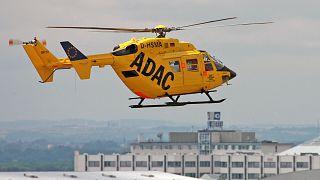 Ein Rettungs-Hubschrauber des ADAC vom Typ Eurocopter fliegt ueber dem Flughafen Leipzig/Halle am Donnerstag, 05.07.2007