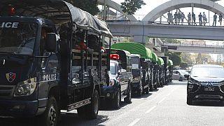 Rendőrségi teherautók Mianmar legfontosabb városában, Rangunban