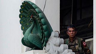 جندي بورمي يحرس مبنى البلدية في يانغون بعد أن استولى الجيش على السلطة واعتقل الزعيمة المنتخبة أونغ سان سو تشي وفرض حالة الطوارئ في البلاد لمدة عام