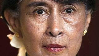 Archiv: Myanmars Aung San Suu Kyi informiert die Medien nach einem Treffen mit dem früheren norwegischen Ministerpräsidenten Jens Stoltenberg, 15.06.2012