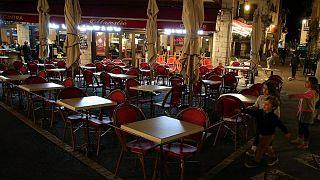 مطاعم في مدينة سان جان دي لوز ، جنوب غرب فرنسا حيث انحصر عملها في تقديم الوجبات الجاهزة