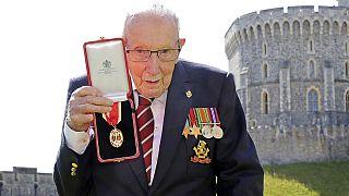 100'üncü yaş gününde Covid-19 ile mücadele için 32 milyon sterlin bağış toplayan emekli yüzbaşı Tom Moore.