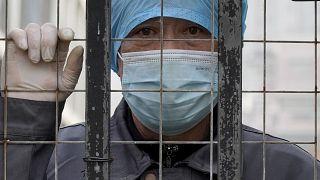 عام ونيف مرّ على فيروس كورونا والوباء ينتشر في مناطق وينحسر في أخرى