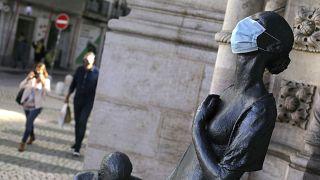 İtalya Hekimlere Federasyonu Başkan Yardımcısı Pier Luigi Bartoletti, cerrahi maskelerin koronavirüsün İngiliz varyantına karşı etkisiz kaldığını iddia etti.
