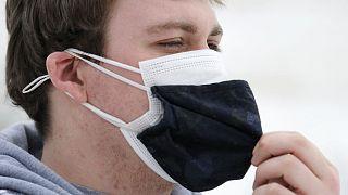 Uzmanlara göre iki maske takmak bazı durumlarda koruyuculuğu arttırmada etkili olabliiyor.