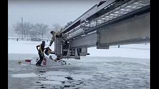 انقاذ شخصين من شاحنة بعد غرقها في المياه الجليدية أثناء عاصفة ثلجية في ولاية كونيتيكت