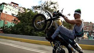 Αυτοσχέδιοι αγώνες ταχύτητας στο κέντρο του Καράκας