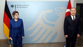 Almanya Savunma Bakanı Annegret Kramp-Karrenbauer ile Türkiye Savunma Bakanı Hulusi Akar