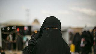 صورة لامرأة في معسكر الهول حيث يحتجز المئات نساء وأطفال من عائلات عناصر تنظيم داعش