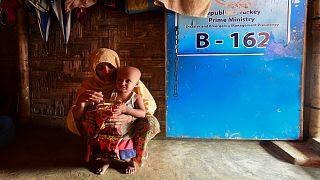 امرأة من الروهينغا وابنها في أحد مخيمات اللجوء في بنغلاديش