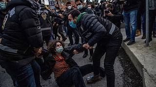 İstanbul'da Boğaziçi Üniversitesi önündeki gösterilerde gözaltına alınan bir vatandaş.