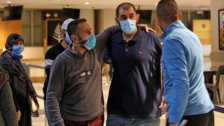 لبنانيون مفرج عنهم من السجون الإماراتية ساعة وصولهم إلى مطار بيروت الدولي