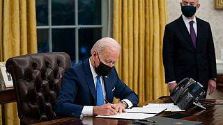 El presidente Joe Biden firma una orden para reunificar a las familias migrantes separadas