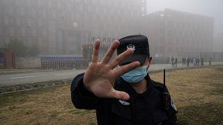 Un agente de seguridad se interpone ante los periodistas delante del Instituto de Virología de Wuhan, China