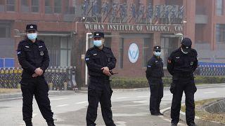 أفراد الأمن بالقرب من مدخل معهد ووهان لعلم الفيروسات خلال زيارة بعثة منظمة الصحة العالمية إلى ووهان