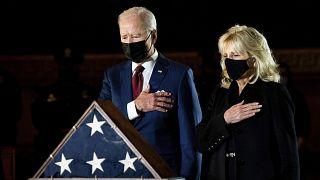 جو بايدن والسيدة الأولى جيل بايدن وهما يلقيان تحية الوداع على رفات ضابط شرطة الكابيتول براين سيكنيك