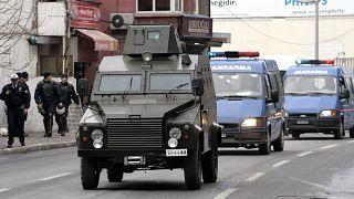 سيارات شرطة مصفحة ترافق عربات السجن إلى محكمة في اسطنبول، تركيا.