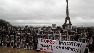 Des militants écologistes réclament des actions au président français Emmanuel Macron, à Paris, le 8 décembre 2019