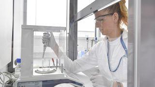 Laboratóriumi munkatárs a Richter Gedeon Nyrt. debreceni molekuláris biológiai laboratóriumában - az új gyógyszer is itt készül