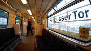 Metrókocsi a berlini Kottbusser Tor álomáson 2021. február 3-án