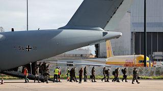 Miembros del ejército alemán desembarcan de un avión de las fuerzas aéreas alemanas tras aterrizar en el aeropuerto de Lisboa, el 3 de febrero de 2021.