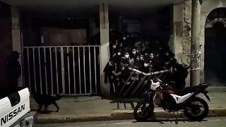 وحشت از پلیس در کلوپ شبانه؛ جوانان بولیویایی نزدیک بود زیر دست و پا له شوند