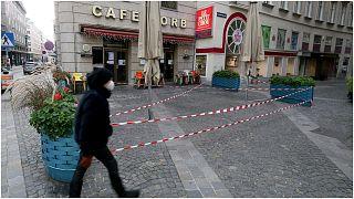 أحد المقاهي المغلقة وسط مدينة فيينا في شهر نوفمبر الماضي