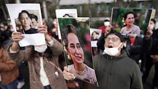 Protesta a Tokyo di fronte all'ambasciata Birmana, in favore di Aung San Suu Kyi
