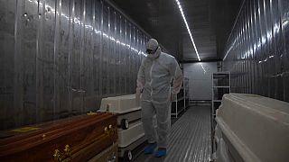 COVID-19 : les services funéraires sud-africains s'adaptent au nombre de décès