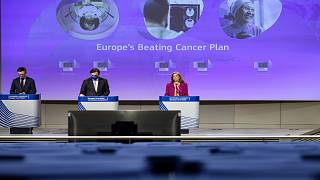مفوضة الاتحاد الأوروبي للصحة ستيلا كيرياكيدس ونائب رئيس المفوضية الأوروبية، مارغريتيس شيناس، أثناء مؤتمر صحفي، 3 فبراير 2021/بروكسل