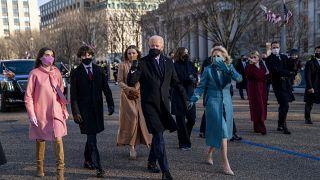 الرئيس جو بايدن والسيدة الأولى جيل بايدن وعائلته يسيرون بالقرب من البيت الأبيض.