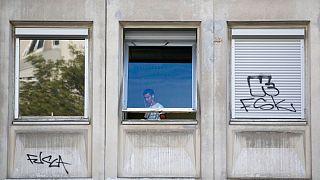 یک پناهنده ساکن در مسکن اجتماعی، پاریس، فرانسه