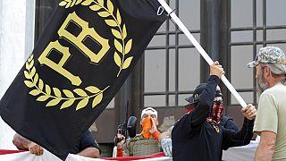 Proud Boys bayrağı taşıyan göstericiler (Arşiv)