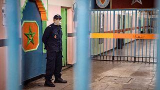 صورة لعنصر شرطة من داخل أحد السجون في مدينة الدار البيضاء المغربية