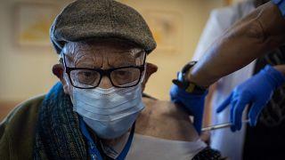 Una enfermera administra la vacuna COVID-19 de Pfizer-BioNTech a un anciano de la residencia de Icaria en Barcelona, España, el 2 de febrero de 2021.