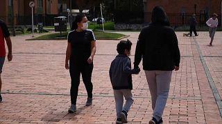 Una madre y su hijo caminan por la calle en Colombia