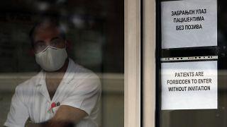 Lavoratore sanitario aspetta il ministro dell'Interno serbo, Vulin, per fargli l'iniezione del vaccino russo Sputnik V lo scorso 6 gennaio a Belgrado, Serbia