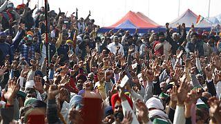 Manifestantes alzan las manos durante la huelga nacional del día 30 de enero