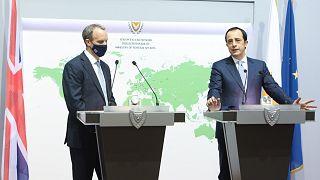 O Υπουργός Εξωτερικών της Κύπρου Νίκος Χριστοδουλίδης και o Υπουργός Εξωτερικών του Ηνωμένου Βασιλείου Dominic Raab προβαίνουν σε δηλώσεις στον Τύπο.