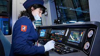 Erst seit wenigen Wochen erlaubt: Frauen, die U-Bahn fahren