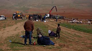 Die Siedler und Siedlerinnen verfolgten die Räumung ihres Hab und Guts - und hielten dabei Abstand